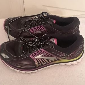 Woman Brooks glycerin g13 athletic tennis shoes